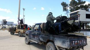 Le 8 avril 2019, des forces fidèles au Gouvernement libanais reconnu internationalement reconnu par le gouvernement national (GNA) ont traversé l'ancien aéroport de Tripoli. (MAHMUD TURKIA / AFP)
