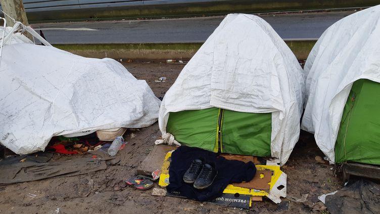 Un camp de migrants situé porte d'Aubervilliers (Paris) en janvier 2020. (RÉMI BRANCATO / RADIOFRANCE)