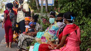 Des femmes portent un masque de protection sur l'île de la Petite-Terre, à Mayotte, le 5 juin 2020. (ALI AL-DAHER / AFP)
