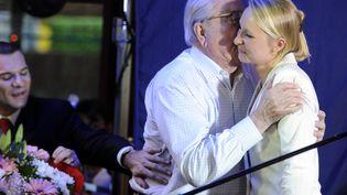 Marion Maréchal-Le Pen et son grand-père, Jean-Marie Le Pen, au soir de sa victoire aux législatives, le 17 juin 2012 à Carpentras (Vaucluse). (BORIS HORVAT / AFP)