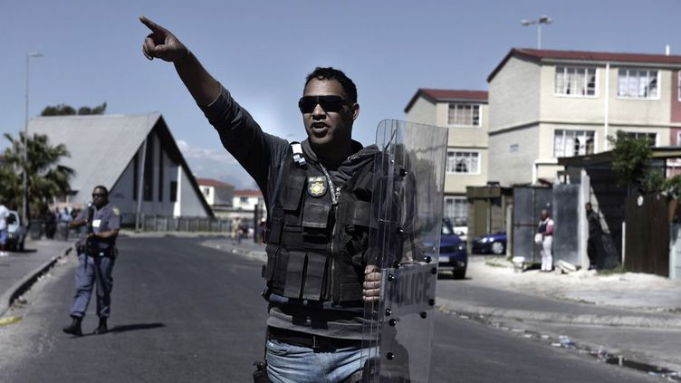 A Manenberg, dans la banlieue du Cap, la police intervient tous les jours. (Pieter BAUERMEISTER / AFP)