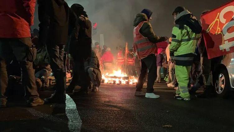 Des manifestants audépôt de bus de Vitalis à Poitiers. (VINCENT HULIN / RADIO FRANCE)