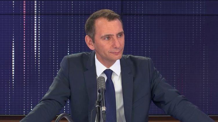 """Laurent Jacobelli, porte-parole du Rassemblement national, invité du """"8h30 franceinfo"""", mardi 18 août 2020. (FRANCEINFO / RADIOFRANCE)"""