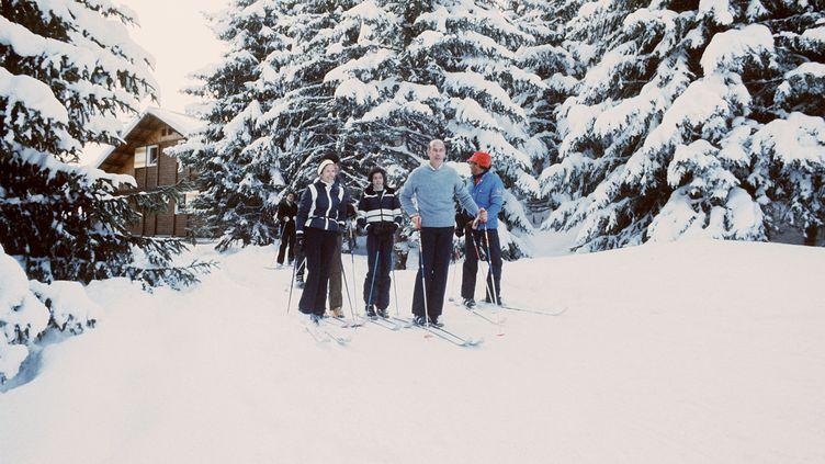 Valéry Giscard d'Estaing avec sa famille dans la station de Courchevel, dans les Alpes, en février 1976. (- / AFP)