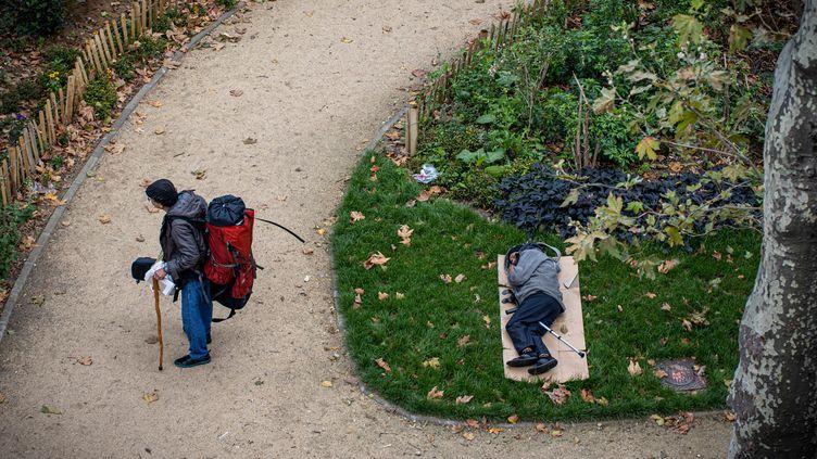 Un sans-abri dort dans un parc public, le 1er octobre à Paris. (JOEL SAGET / AFP)