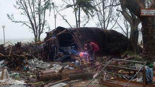 Des habitants du Vanuatu constatent les dégâts après le passage du cyclone Pam sur l'archipel du Pacifique, le 14 mars 2015. (UNICEF / MAXPPP)