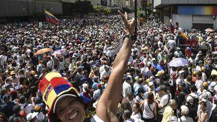 De nombreux manifestants dans les rues de Caracas au Venezuela, le 23 janvier 2018. (YURI CORTEZ / AFP)