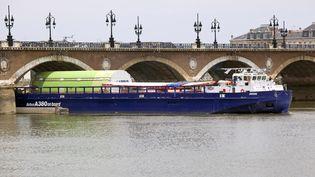 14 mai 2020. Barge pour le transport des éléments de l' Airbus A380 à Bordeaux sur la Garonne. (PHILIPPE ROY / AURIMAGES / AFP)