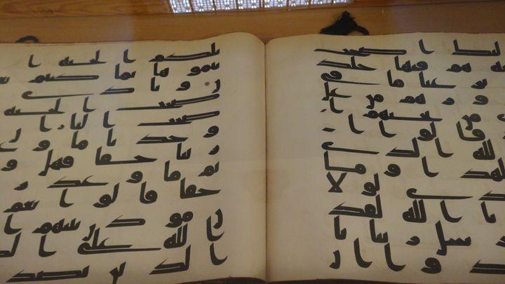 Le Coran d'Osman, copie en écriture coufique du livre saint musulman remontant au VIIIe ou IXe siècle de notre ère, conservé à la bibliothèqueHast Imam à Tachkent en Ouzbekistan.Cet exemplaire estconsidéré comme l'un des plus anciens corans du monde (photo prise le 18avril 2013). (FTV - Laurent Ribadeau Dumas)