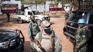 Un soldat de la Minusca, un agent de sécurité privé russe et un membre centrafricain de la garde présidentielle en mission conjointe à Bangui, le 27 décembre 2020, pour assurer la sécurité du président Faustin Archange Touadera. (ALEXIS HUGUET / AFP)