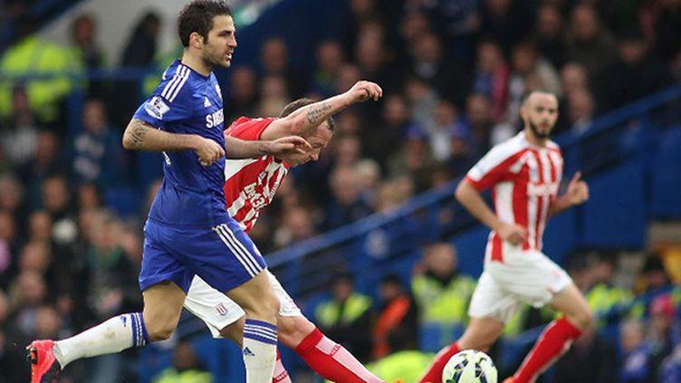 Le joueur de Stoke City, Charlie Adam, inscrit devant Cesc Fabregas un but de 61m