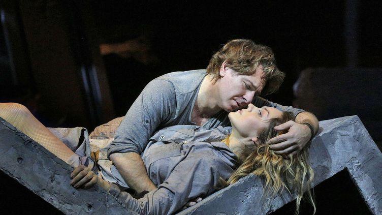 "Roberto Alagna avec Kristine Opolais dans ""Manon Lescaut"" de Puccini, au Metropolitan Opera de New York, le 4 mars 2016.  (Ken Howard/AP/SIPA)"