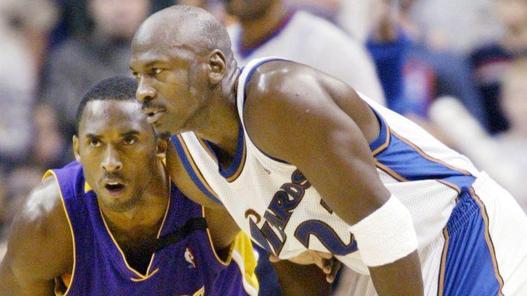 Kobe Bryant face à Michael Jordan, en 2003 (? REUTERS PHOTOGRAPHER / REUTER / X00129)
