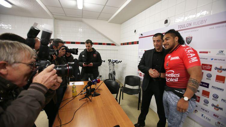 Ma'a Nonu, nouveau joueur du RCT, avec le président toulonnais Mourad Boudjellal (BOUTRIA LUC / MAXPPP)