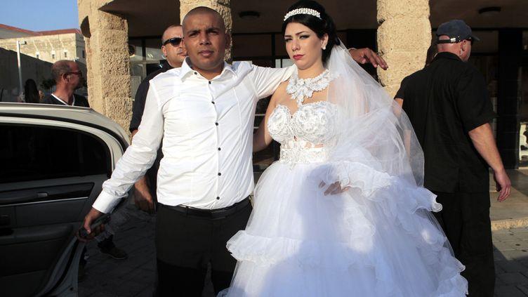 Mahmoud Mansour (à g.) etMorel Malka,après leur mariage, à Jaffa (Israël), le 17 août 2014. (STRINGER / ANADOLU AGENCY / AFP)
