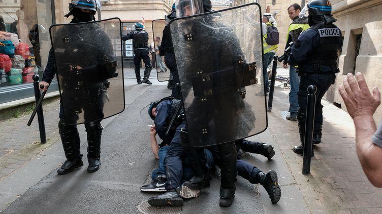 Des policiers en intervention le 14 janvier 2019 à Paris. (VALENTINO BELLONI / HANS LUCAS)