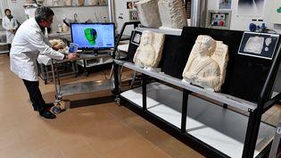 Deux bustes, venant de la cité antique de Palmyre (Syrie), ont été restaurés par des experts italiens grâce à des logiciels sophistiqués. (ALBERTO PIZZOLI / AFP)