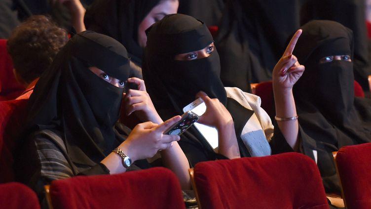 """Femmes saoudiennes assistant au festival """"Short Film Competition 2"""" au King Fahad Culture Center à Riyad  (FAYEZ NURELDINE / AFP)"""