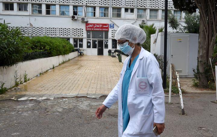 A l'hôpital Mami d'Ariana, près de Tunis, l'entrée de l'unité de soins intensifs réservés aux malades du Covid-19. (FETHI BELAID / AFP)
