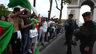 Des supporters de l'Algérie font face à des CRS, le 11 juillet 2019, après la victoire de leur équipe en quarts de finale. (DOMINIQUE FAGET / AFP)