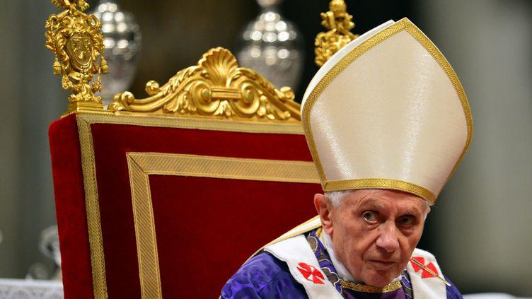 Le pape Benoît XVI à la basilique Saint-Pierre au Vatican, le 13 février 2013. (GABRIEL BOUYS / AFP)