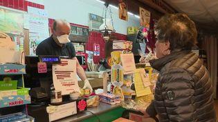 À Aiguilles (Hautes-Alpes), il ne reste que quatre commerces ouverts, dont un seul pour l'alimentation. Il s'agit d'une petite épicerie, tenue par un seul homme qui multiplie les livraisons. Une action qui ne passe pas inaperçue. (France 2)