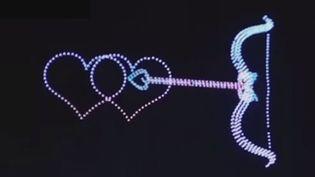 En Chine, des spectacles pourraient à l'avenir concurrencer les traditionnels feux d'artifice : ici, on lève les yeux pour admirer le ballet aérien de plusieurs centaines de drones lumineux. (FRANCE 2)