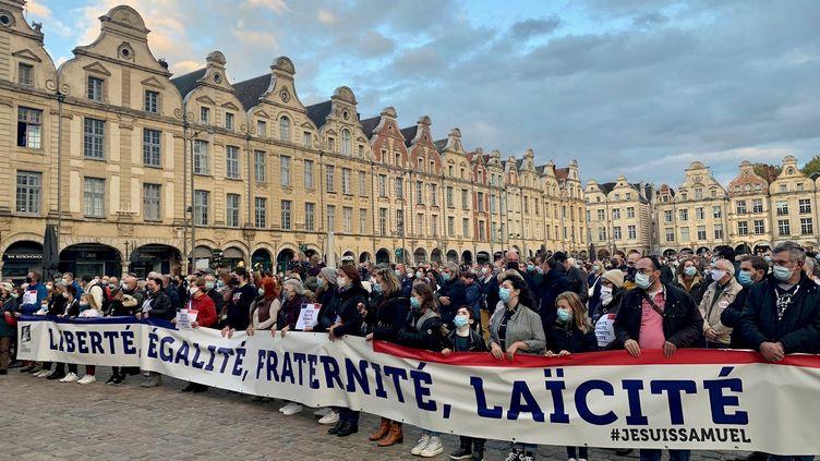 Plus de 500 personnes ont participé à l'hommage national à Samuel Patyle 21 octobre à Arras (Nord). (CLAIRE MESUREUR / RADIOFRANCE)