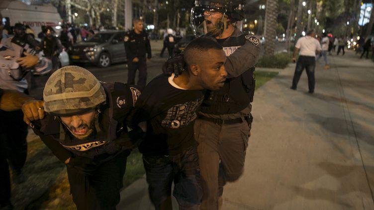 Un Israélien d'origine éthiopienne détenu par la police en marge d'une manifestation contre le racisme et la violence policière, dimanche 3 mai, à Tel Aviv (Israël). (BAZ RATNER / REUTERS)