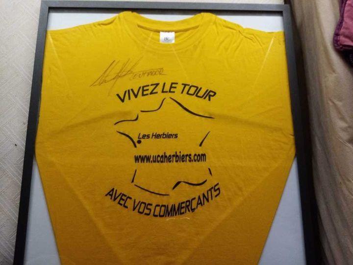 Le tee-shirt jaune que Théo portait le 2 juillet 2011, sur les bords de la route, lors de la premère étape du Tour de France. (COLLECTION PRIVEE)