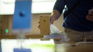 Applea présenté jeudi 28 décembre des excuses après avoir admis avoir volontairement ralenti le fonctionnement d'anciens modèles de téléphones. (FRED DUFOUR / AFP)