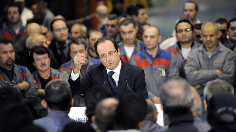 Le candidat PS à la présidentielle, François Hollande, lors de sa visite de l'usine Alstom, au Creusot (Saône-et-Loire), le 7 décembre 2011. (JEFF PACHOUD / AFP)