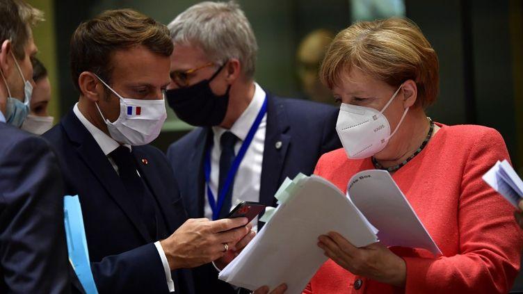 La chancelière allemande Angela Merkel et le président français Emmanuel Macron durant le sommet de l'Union européenne, le 20 juillet 2020. (JOHN THYS / AFP)