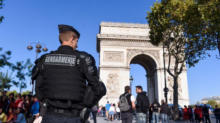 Un gendarme posté autour de l'Arc de triomphe, à Paris, le 21 septembre 2019. (LUCAS BARIOULET / AFP)