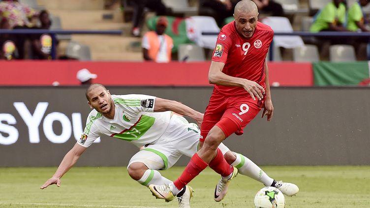 Adlène Guedouria à la lutte avec un attaquant Tunisien (KHALED DESOUKI / AFP)
