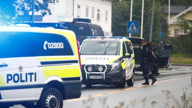 Des policiers devant une mosquée attaquée àBaerum (dans la banlieue d'Oslo, en Norvège), le 10 août 2019. (TERJE PEDERSEN / AFP)