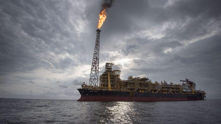 Vue du Kaombo Norte, un navire exploité par la multinationale pétrolière française Total, le 8 novembre 2018, à environ 250 km des côtes angolaises, dans l'océan Atlantique (RODGER BOSCH / AFP)