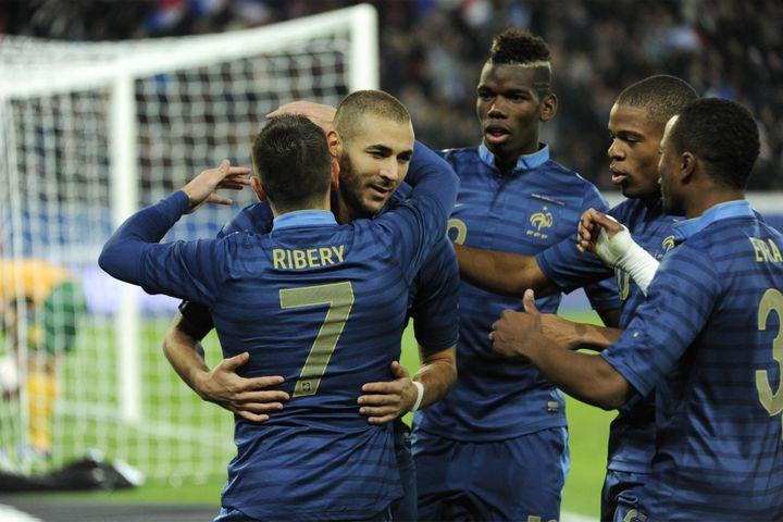 Karim Benzema est félicité par ses coéquipiers après avoir marqué lors du match de football amical opposant la France à l'Australie, le 11 octobre 2013 au Parc des Princes, à Paris. (JEAN MARIE HERVIO / DPPI MEDIA)