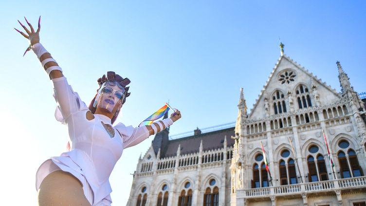 """Des manifestants ont protesté le 14 juin 2021 devant le Parlement hongrois à Budapest contre une loi visant à interdire la """"promotion""""de l'homosexualité. (GERGELY BESENYEI / AFP)"""