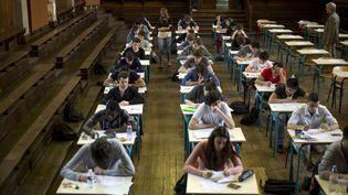 Des lycéens passent l'examen du baccalauréat au lycée Jacques-Decour, à Paris, le 16 juin 2014. (FRED DUFOUR / AFP)