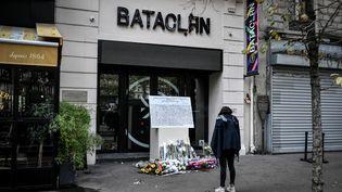 Une femme se tient devant une plaque commémorative posée à l'extérieur de la salle de concert du Bataclan où a eu lieu en novembre 2015une attaqueterroriste, le 13 novembre 2019 à Paris. (STEPHANE DE SAKUTIN / AFP)