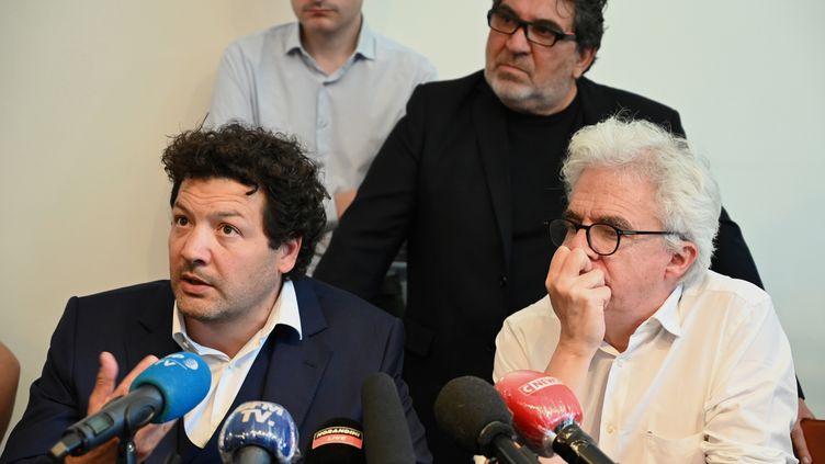 Arié Alimi (à gauche) et William Bourdon (R), avocats de la famille de Cédric Chouviat, s'expriment lors d'une conférence de presse à Paris, le 23 juin 2020 (photo d'illustration). (BERTRAND GUAY / AFP)