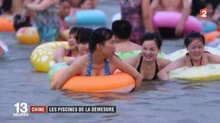 Aujourd'hui, pour lasuite du feuilleton sur les baignades les plus insolites du monde,France 2 vous propose de partir à la rencontre des Chinois, qui fuient le soleil et adorent les piscines fermées. (FRANCE 2)
