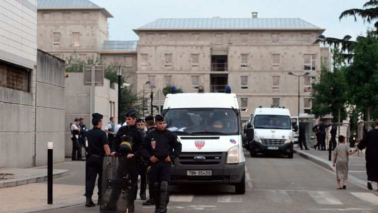 Des policiers à Trappes (Yvelines), le 18 juillet 2013. (MIGUEL MEDINA / AFP)