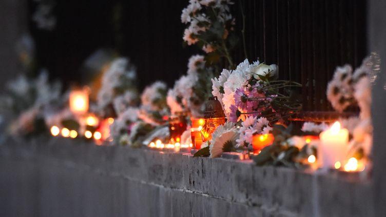 Des fleurs et des bougies sont disposées devant l'ambassade sud-coréenne de Budapest (Hongrie), vendredi 31 mai 2019, pour rendre hommage au victime du naufrage survenu deux jours plus tôt sur le Danube. (ATTILA KISBENEDEK / AFP)