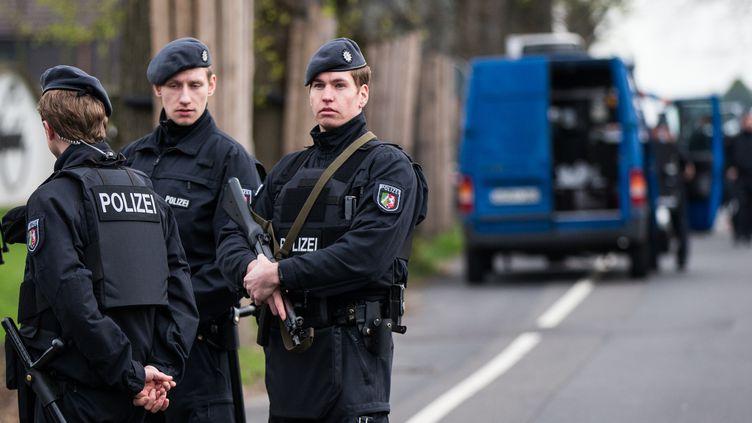 La police allemande sur les lieux de l'attaque qui visait le bus du Borussia (MARCEL KUSCH / DPA)