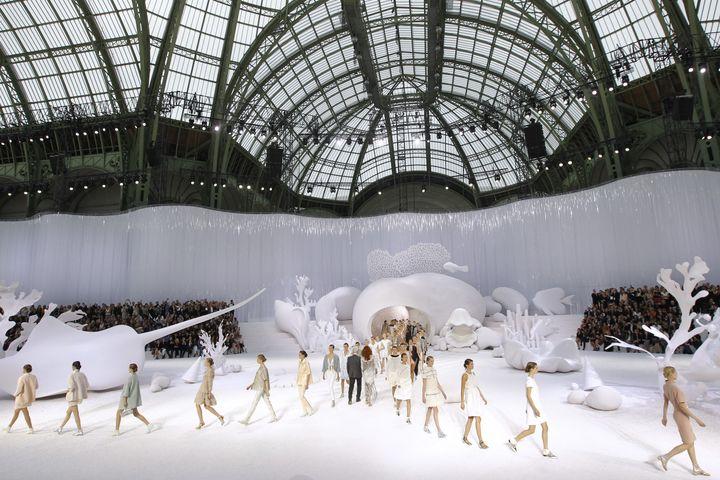 La banquise a été reconstituée pour le défilé Chanel au Grand Palais, à Paris, le 4 octobre 2011. (PATRICK KOVARIK / AFP)