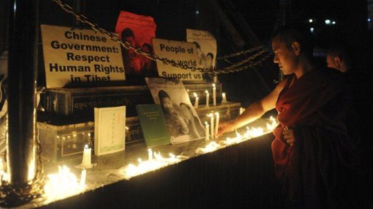 Recueil à Dharamsala le 17 mars 2011, après la première immolation d'un moine dans le Sichuan. (RAVEENDRAN / AFP)