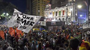 """Des militants du groupe de carnaval de rue """"Fora Temer"""" (Temer Dehors, en référence au nom du président brésilien) défilent en ouverture du carnaval de Rio, le 24 février 2017. (JOAO PAULO ENGELBRECHT / AFP)"""