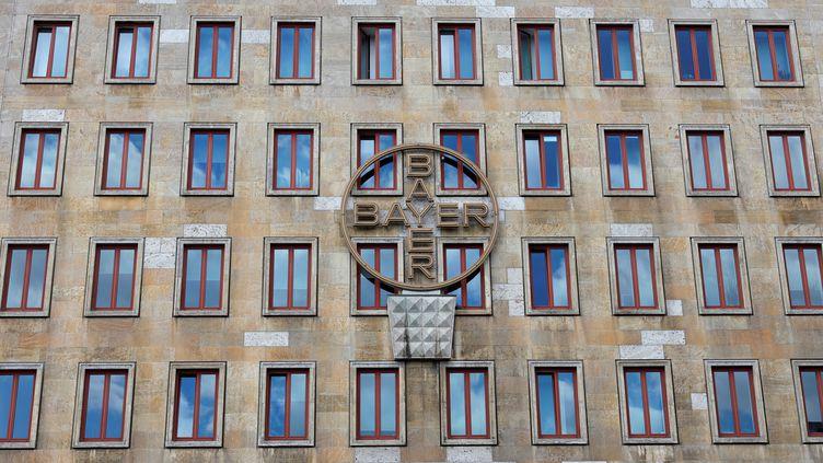 Le logo du groupe de chimie allemand Bayer sur la façade de son siège historique, à Leverkusen (Allemagne), le 14 mai 2019. (WOLFGANG RATTAY / REUTERS)